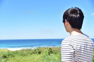 水域の隣に立っている男の写真・画像素材[2377463]