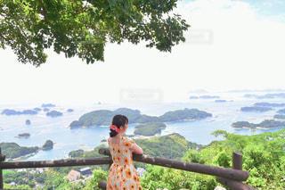 木の前に立っている人の写真・画像素材[2379969]