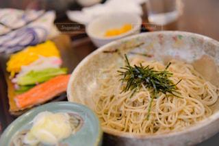 テーブルの上の食べ物のボウルの写真・画像素材[2410264]