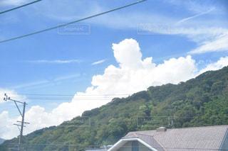 列車は山の脇に停車しているの写真・画像素材[2411665]
