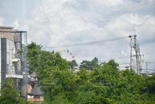 建物の近くで列車の線路を走行する列車の写真・画像素材[2412197]