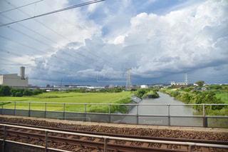 鉄の線路上の列車の写真・画像素材[2412213]