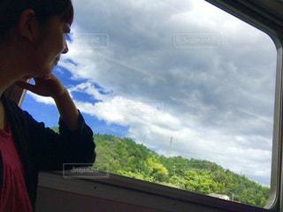 窓の前に立っている男の写真・画像素材[2422793]