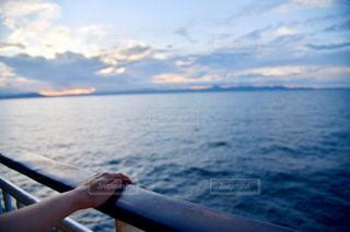 水の体の上のボートに乗っている人の写真・画像素材[2422805]