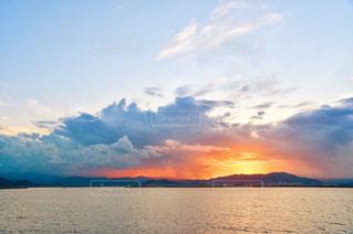 水の体の上の夕日の写真・画像素材[2422807]