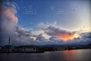 水域の上空の雲の写真・画像素材[2422847]