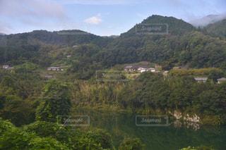 山を背景にした水域の写真・画像素材[2422854]