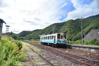 線路を走行している旅客列車の写真・画像素材[2422867]