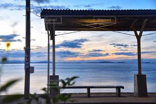 水域の隣の桟橋の眺めの写真・画像素材[2422879]