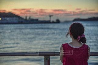 水域の前に立っている人の写真・画像素材[2432462]