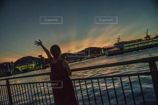 風景,海,空,夏,屋外,夕焼け,夕暮れ,船,夕方,日没,人物,人,小豆島,瀬戸内海,フィルム,別れ,出発,出航,フィルム写真,空模様,バイバイ,船出,お見送り,フィルムフォト,土庄港