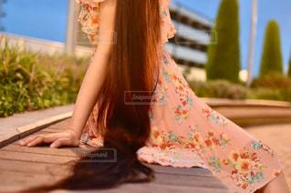 ベンチに座っている若い女の子の写真・画像素材[2433014]