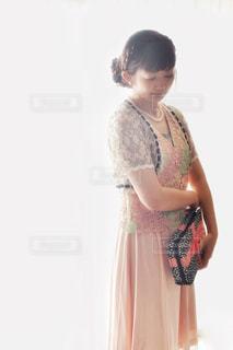 ドレスを着た若い女の子の写真・画像素材[2433023]