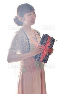 ドレスを着た女性の写真・画像素材[2433025]