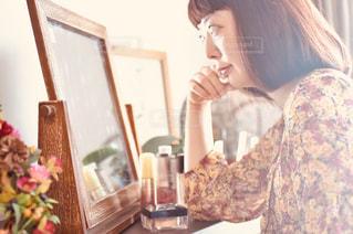 ケーキの前に立っている女性の写真・画像素材[2453607]