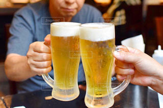 テーブルの上でビールを一杯飲む人の写真・画像素材[2514186]
