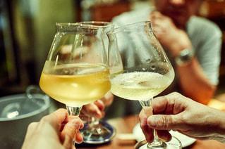 屋内,ガラス,テーブル,人物,人,食器,ワイン,グラス,カクテル,乾杯,ドリンク,シャンパン,アルコール,白ワイン,飲料