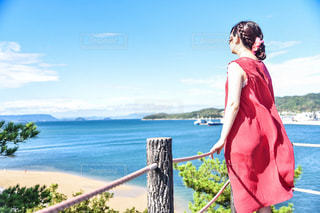 水域の前に立っている人の写真・画像素材[2514202]
