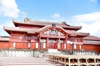 書売城を背景にした大きな白い建物の写真・画像素材[2782907]