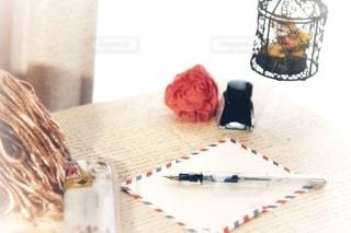 テーブルの上に座っているケーキの写真・画像素材[2783274]