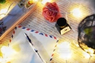 テーブルの上にケーキを置いたまな板の写真・画像素材[2783277]