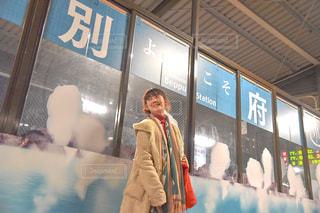 店の前に立っている人の写真・画像素材[2792331]