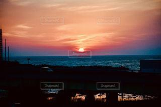 水域に沈む夕日の写真・画像素材[2794546]