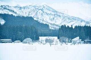 雪に覆われた山の写真・画像素材[2810217]
