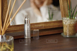 木製のテーブルの上に座っているガラスの花瓶の写真・画像素材[2812775]