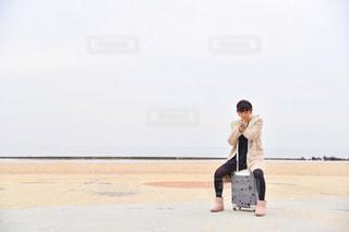 浜辺に立っている男の写真・画像素材[2824023]