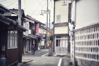 建物の側面に建物がある狭い街路の写真・画像素材[2826274]