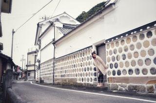 建物の側面に焦点を当てたストリートシーンの写真・画像素材[2826275]