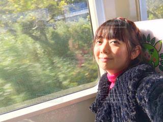 窓の前に立っている人の写真・画像素材[2837642]