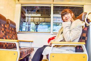 バスに座っている少年の写真・画像素材[2838653]