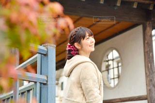 建物の前に立っている人の写真・画像素材[2838718]