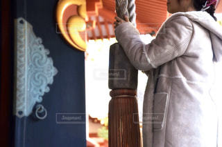 カメラに向かってポーズをとる鏡の前に立つ男の写真・画像素材[2838736]