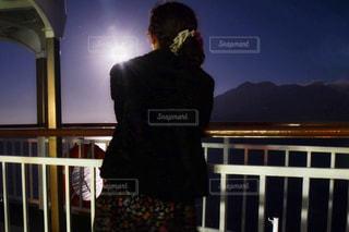 フェンスの前に立っている男の写真・画像素材[2838745]