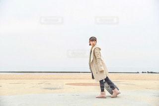 浜辺に立っている人の写真・画像素材[2838748]