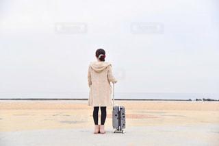 砂浜の上に立つ男の写真・画像素材[2838751]