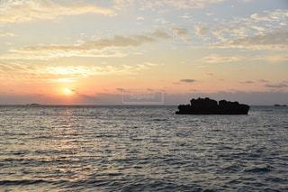 水域に沈む夕日の写真・画像素材[2858505]