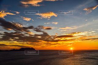 水域に沈む夕日の写真・画像素材[2858507]