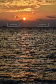水域に沈む夕日の写真・画像素材[2858509]