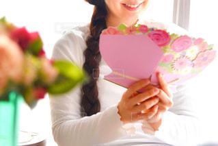 ケーキを持っている女性の写真・画像素材[2901606]