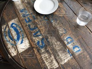 木製のテーブルの上の靴の写真・画像素材[2924541]