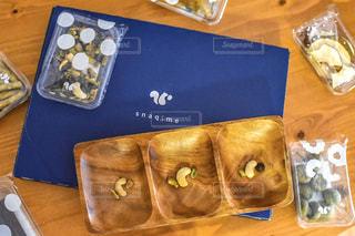 木製のテーブルの上にビニール袋の写真・画像素材[3047797]