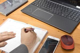 木製のテーブルの上に座っているラップトップコンピュータの写真・画像素材[3049063]