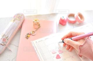 ピンクの歯ブラシを持つ手の写真・画像素材[3049080]