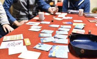 テーブルに座っている人々のグループの写真・画像素材[3081250]