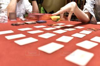 テーブルに座っている人々のグループの写真・画像素材[3081251]