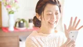 カメラに向かって微笑む女性の写真・画像素材[3151347]